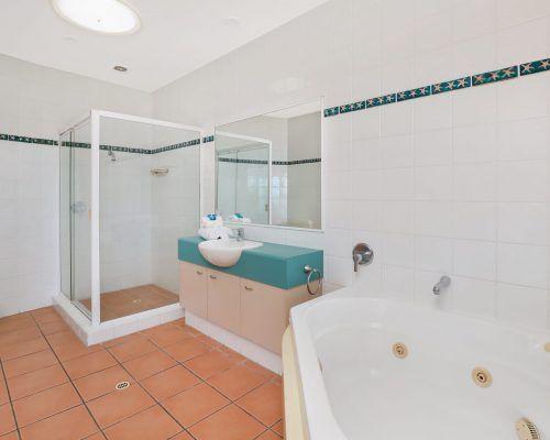 room-36-deluxe-alexandra-headland-apartment-6
