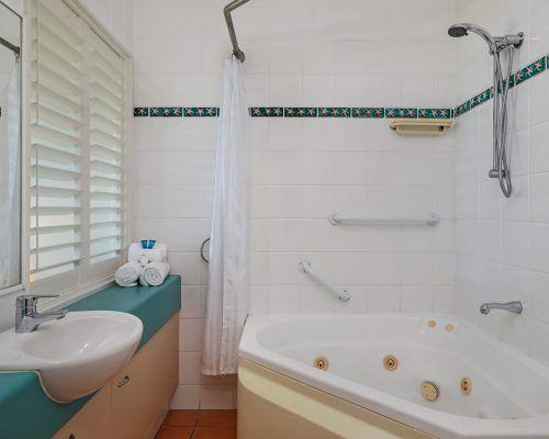 room-38-alexandra-headland-accommodation-10